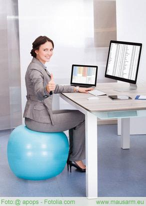 Die richtige Sitzposition kann helfen einen Mausarm zu therapieren